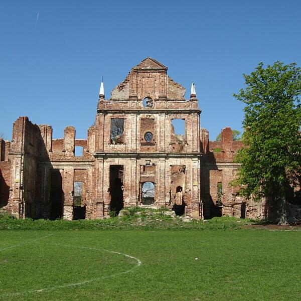 Ruiny pałacu rodziny Golców